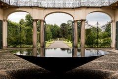 意大利别墅的入口与一个圆锥形喷泉的 免版税库存照片