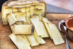 意大利味道:典型的年迈的意大利乳酪在木桌上服务 免版税图库摄影