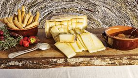 意大利味道:典型的年迈的意大利乳酪在木桌上服务 免版税库存照片