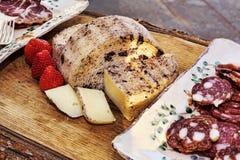 意大利味道:典型的年迈的意大利乳酪在木桌上服务 库存图片