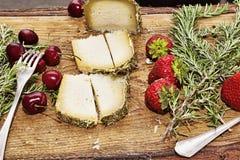 意大利味道:典型的意大利食品在木桌上服务 库存图片