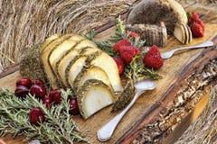 意大利味道:典型的意大利食品在木桌上服务 免版税库存照片
