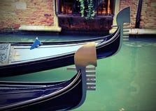 意大利和两艘长平底船的弓的威尼斯在水路的 免版税库存照片