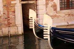 意大利和两艘长平底船的弓的威尼斯 免版税库存照片
