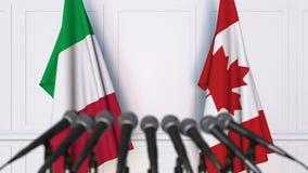 意大利和加拿大的旗子在国际会议或交涉新闻招待会 股票录像