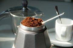 意大利咖啡用碾碎的咖啡和杯子 图库摄影