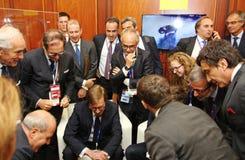 意大利商人,会议观看的媒介内容的企业代表团研讨会的成员 足球迷喜悦  免版税库存照片