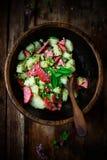 意大利土豆和蒜味咸腊肠沙拉 土气的样式 免版税库存图片
