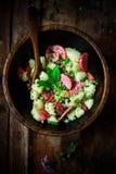 意大利土豆和蒜味咸腊肠沙拉 土气的样式 库存图片