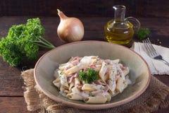 意大利地方盘由与成份的面团制成例如油,葱,在木桌上的nepskin与麻袋布 库存照片