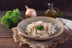 意大利地方盘由与成份的面团制成例如油,葱,在木桌上的nepskin与麻袋布 免版税库存图片