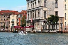意大利威尼斯 人们在一条白色小船做一次游览 免版税库存图片