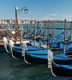 意大利威尼斯 大运河的惊人的看法早晨 在码头的长平底船 免版税图库摄影