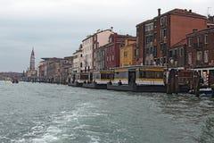 意大利威尼斯 2016年1月05日-多云天在威尼斯 与流出物的威尼斯风景从水公共汽车Vaporetto中止 库存照片