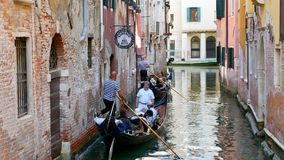意大利威尼斯 游人在运河的一艘长平底船航行 库存照片