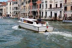 意大利威尼斯 白色小船的乘客做图片 免版税库存图片
