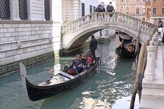意大利威尼斯 长平底船在桥梁下 免版税库存图片