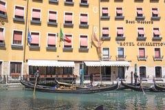 意大利威尼斯 长平底船临近旅馆 库存照片
