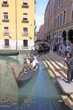 意大利威尼斯 长平底船临近旅馆 库存图片