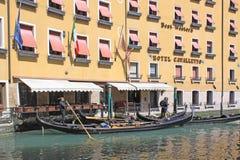 意大利威尼斯 长平底船临近旅馆 免版税库存照片