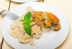 意大利尼奥基用与螃蟹和蓬蒿的海鲜调味料 免版税库存照片