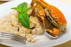 意大利尼奥基用与螃蟹和蓬蒿的海鲜调味料 免版税图库摄影