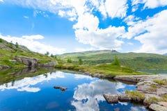 意大利山全景,云彩在高山湖反射了 库存照片