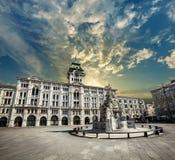 意大利广场的里雅斯特,意大利团结  城市和日落天空 图库摄影