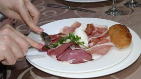 意大利开胃小菜与,火腿和无盐干酪 免版税库存图片