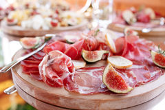 意大利开胃小菜和开胃菜 上与切片熏火腿,蒜味咸腊肠,干猪肉,蒜味咸腊肠火腿用草本 库存图片