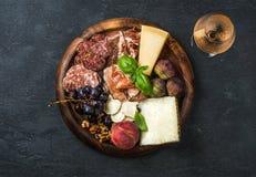 意大利开胃小菜快餐和杯玫瑰酒红色 免版税图库摄影