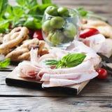 意大利开胃小菜用鸡火腿和面包 库存图片
