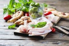 意大利开胃小菜用鸡火腿和面包 免版税图库摄影