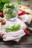 意大利开胃小菜用鸡火腿和面包 图库摄影