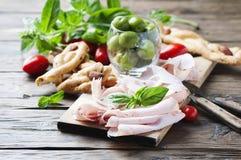 意大利开胃小菜用鸡火腿和面包 免版税库存图片