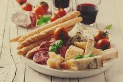 意大利开胃小菜的概念用乳酪和香肠 库存图片