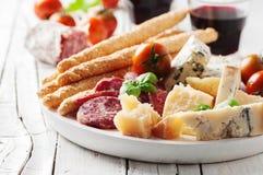 意大利开胃小菜的概念用乳酪和香肠 免版税库存照片