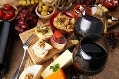 意大利开胃小菜酒快餐品种集合 乳酪,地中海 免版税库存图片