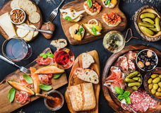 意大利开胃小菜酒快餐设置了在黑难看的东西背景 库存图片