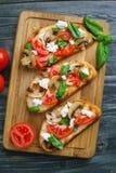 意大利开胃小菜bruschetta用切好的蕃茄,蘑菇, 库存图片
