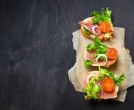 意大利开胃小菜crostini用火腿、沙拉和蕃茄 库存照片