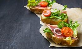 意大利开胃小菜crostini用火腿、沙拉和蕃茄 库存图片