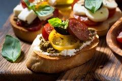 意大利开胃菜-各种各样的bruschettas,特写镜头 免版税库存照片