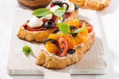 意大利开胃菜-在木板的bruschetta 免版税库存图片