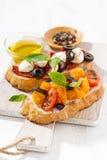 意大利开胃菜-在木板,特写镜头的bruschetta 库存照片