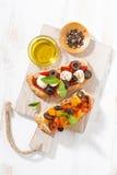 意大利开胃菜-在木板,顶视图的bruschetta 库存图片