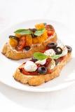 意大利开胃菜-在板材的bruschetta,垂直 免版税库存照片