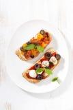 意大利开胃菜-在板材的bruschetta,顶视图 库存照片