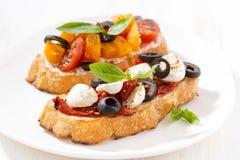 意大利开胃菜-在板材的bruschetta 免版税库存图片