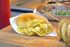 意大利式饺子充塞用在一个乳脂状的蕃茄的乳酪和巴马干酪调味 街道食物版本 库存图片